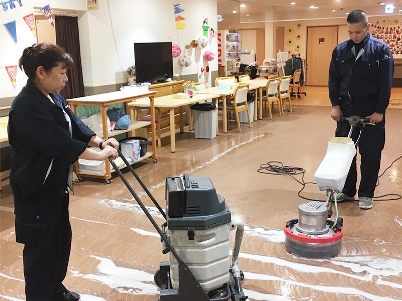 写真:面積の広い清掃作業
