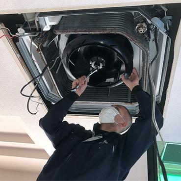 写真:エアコンの分解